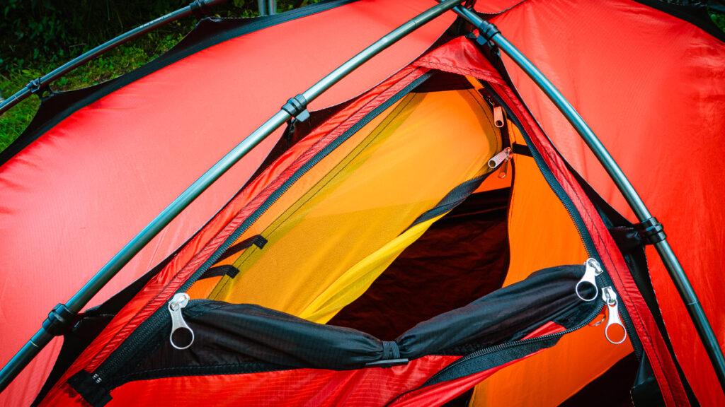 Ventilationen som finns under takpannan i toppen på tältet