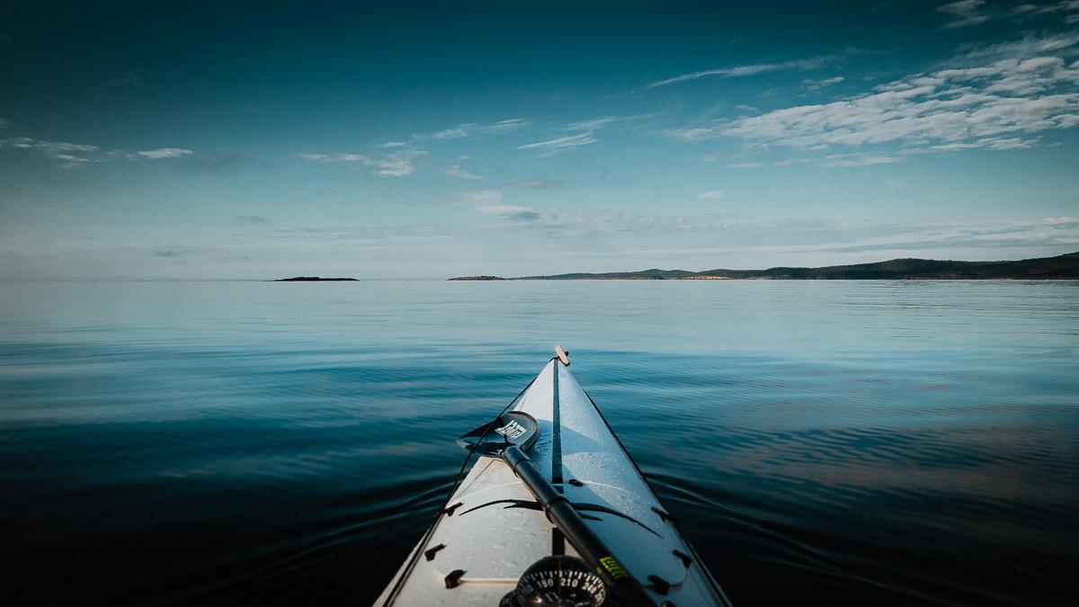 Spegelblankt hav utanför Ulvöarna